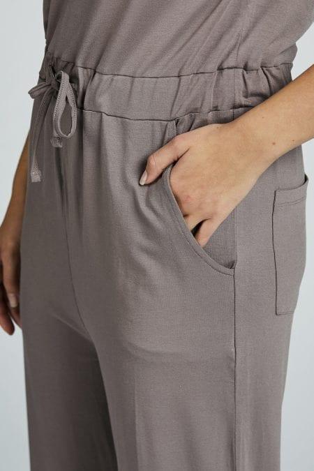 grå ärmlös jumpsuit dam