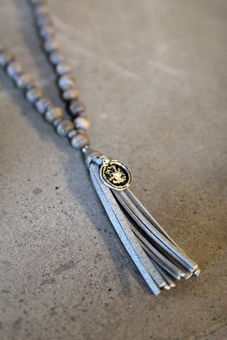 Halsband tofs smycke grå